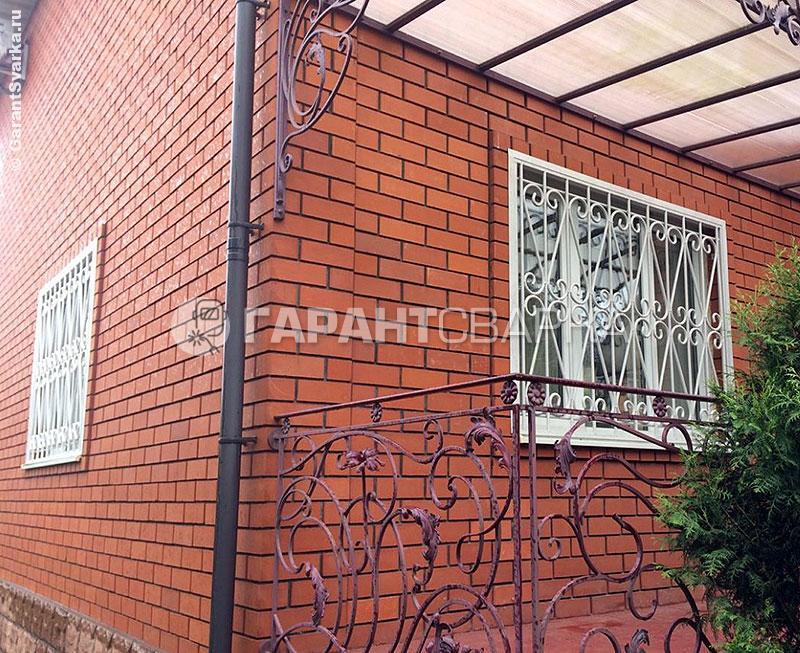 Фото: сварные решётки в частный кирпичный дом